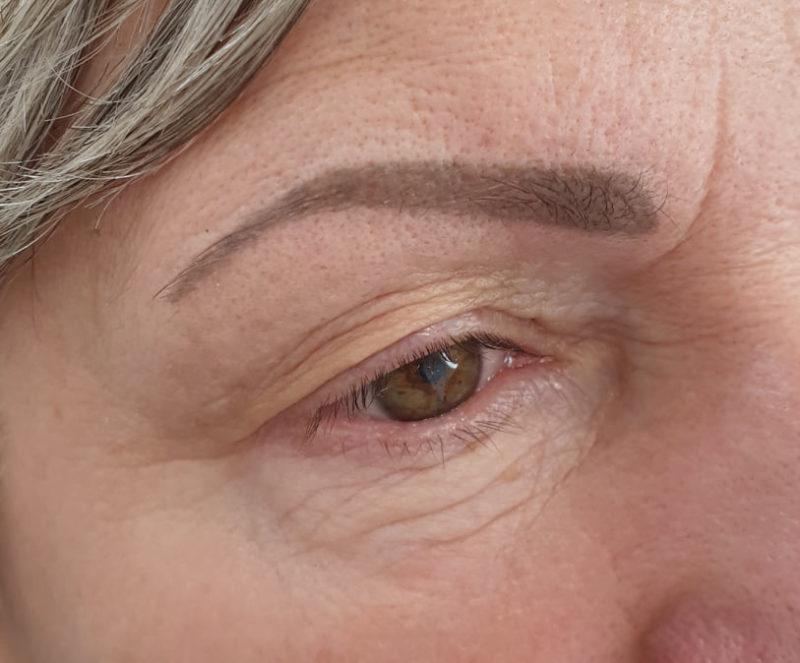 Brew wygojona po dwóch zabiegach makijażu permanentnego, skóra dojrzała